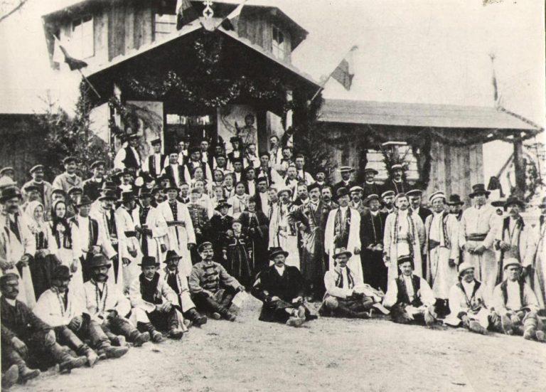 Uczestnicy wystawy włościańskiej przed pawilonem wystawowym