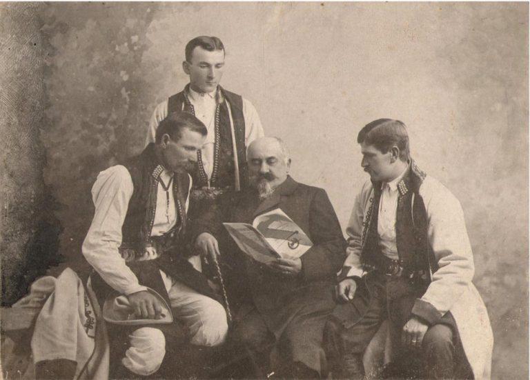 Gabriel Godlewski (pośrodku) z grupą działaczy.
